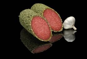 Yeşil Madagaskar Biberi içeren, havada kurutulmuş olan Alman salamı