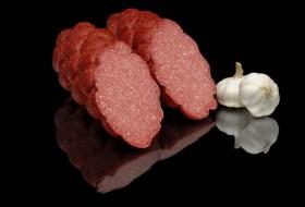Papatya şeklinde olan, sarımsak içeren Alman salamı